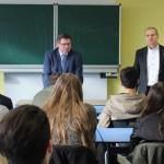 MdL Gerhard Eck mit Schulleiter Lothar Antlitz (rechts) und Schülern der Klasse 10a