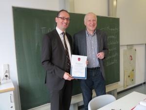 Bernhard Seidenath (links) mit Schulleiter Anton Wagatha nach der Unterrichtsstunde in der Indersdorfer Realschule